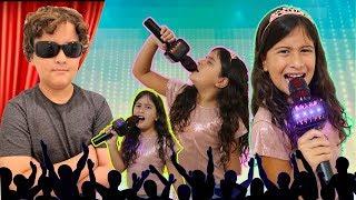 Maria Clara finge ser cantora com microfone mágico e vence concurso de talentos 🎵