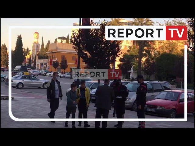 Report TV -Jo vetëm gjoba! Polici në Fier i dhuron maskën qytetarit i cili nuk e kishte