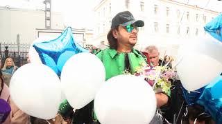 Смотреть видео Филипп Киркоров с детьми приехал в Санкт-Петербург, 20.04.2018 онлайн