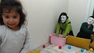 Gerçek Hayatta Hello Neighbor ile Ayşe Ebrar Top Savaşı Yaptı. Eğlenceli Çocuk Videosu