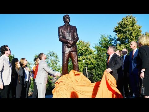 Flyers unveil statue of Ed Snider