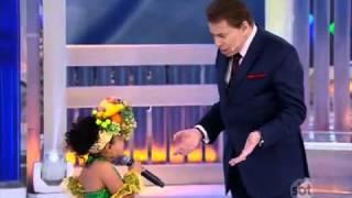 Sophia Lins Interpretando Carmen Miranda no Programa Silvio Santos em 23/11/2014