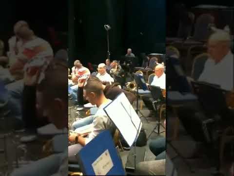 Jispiċċaw b'nixxiegħa ilma jqattar fuqhom fit-Teatru Manoel