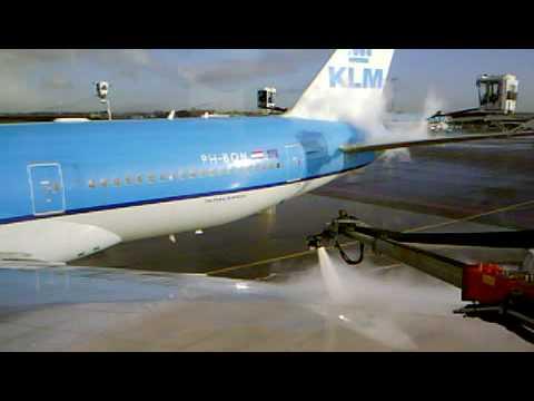 De-Icing KLM 777 At Schiphol P11