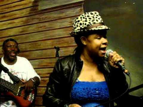 Lyric singing Hey Bartender @ Kingston Mines.AVI
