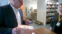 Paikannusteknologiaa postissa - Tommi demoaa paketin pikanoutoa Posti-sovelluksella