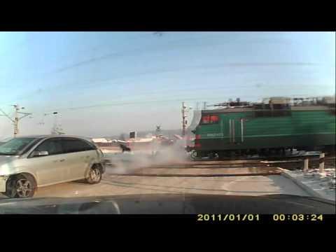 Водитель выпрыгнул из машины на ЖД-переезде