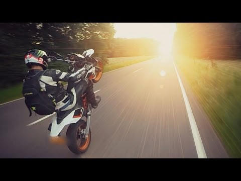 How to wheelie a motorcycle // KTM vs HUSQVARNA // Will the police get him? XD