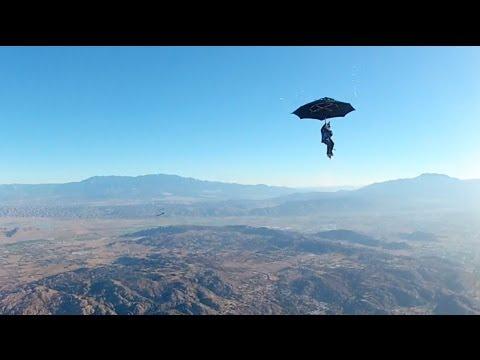 Skydive mit Regenschirm
