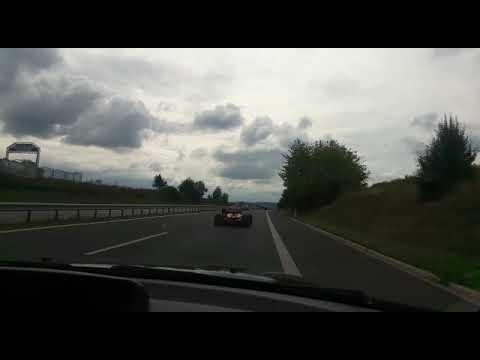 Circula por la autopista con un Fórmula 1
