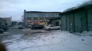 Сильный ветер сорвал крышу со здания в Новосибирске