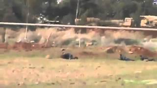 Syrian rebells sneak on saa tank