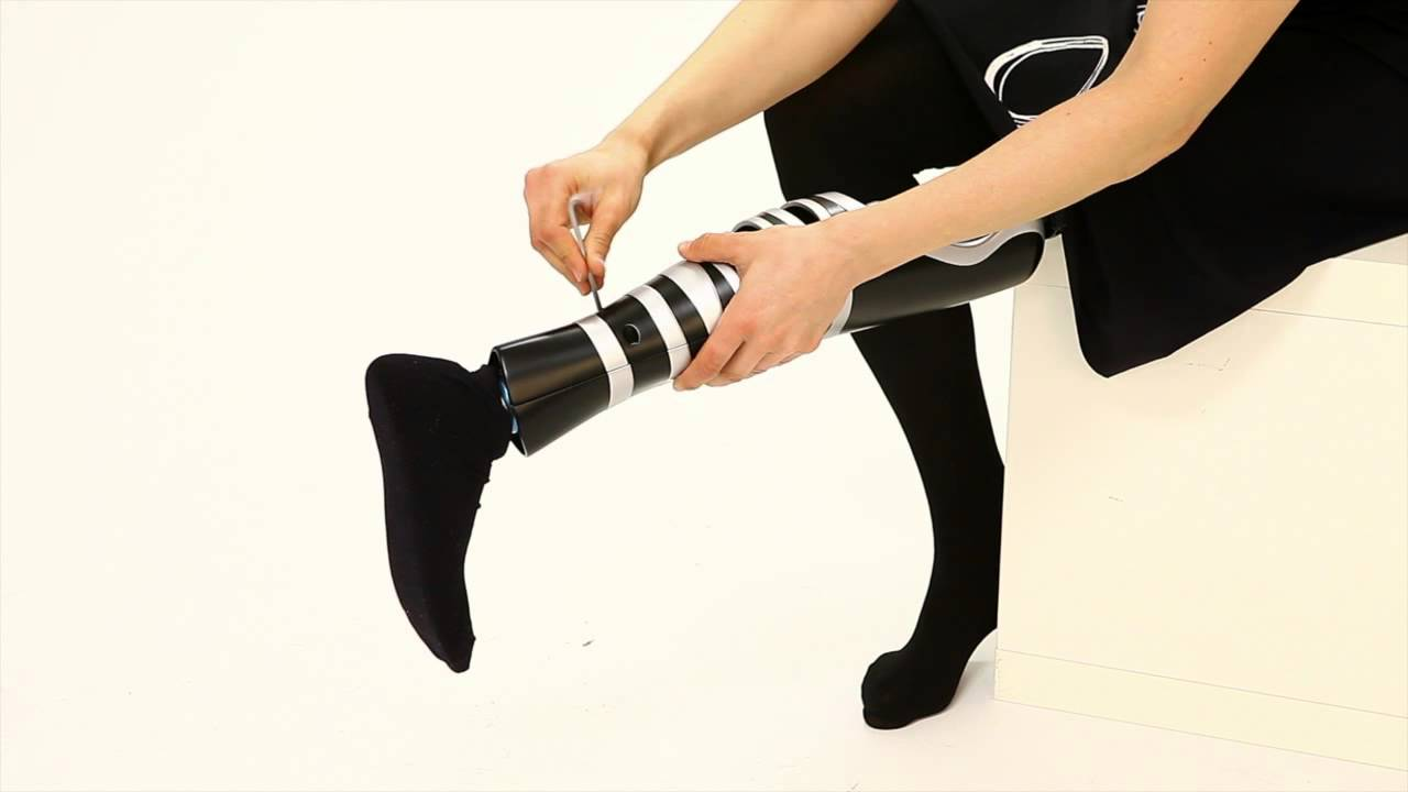 how to walk with an above knee prosthetic