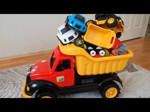 Hamza Kepçe, Traktör, Kamyon, Helikopter ve Diğer Oyuncaklarıyla Oynuyor | Eğlenceli Çocuk Videoları