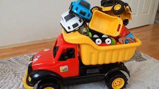 Hamza Kepçe, Traktör, Kamyon, Helikopter ve Diğer Oyuncaklarıyla Oynuyor | Eğlen