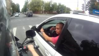 Кто так ездит? Сложил зеркало о мотоцикл.