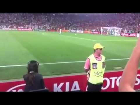 Sara Carbonero celebrando la parada de Iker Casillas