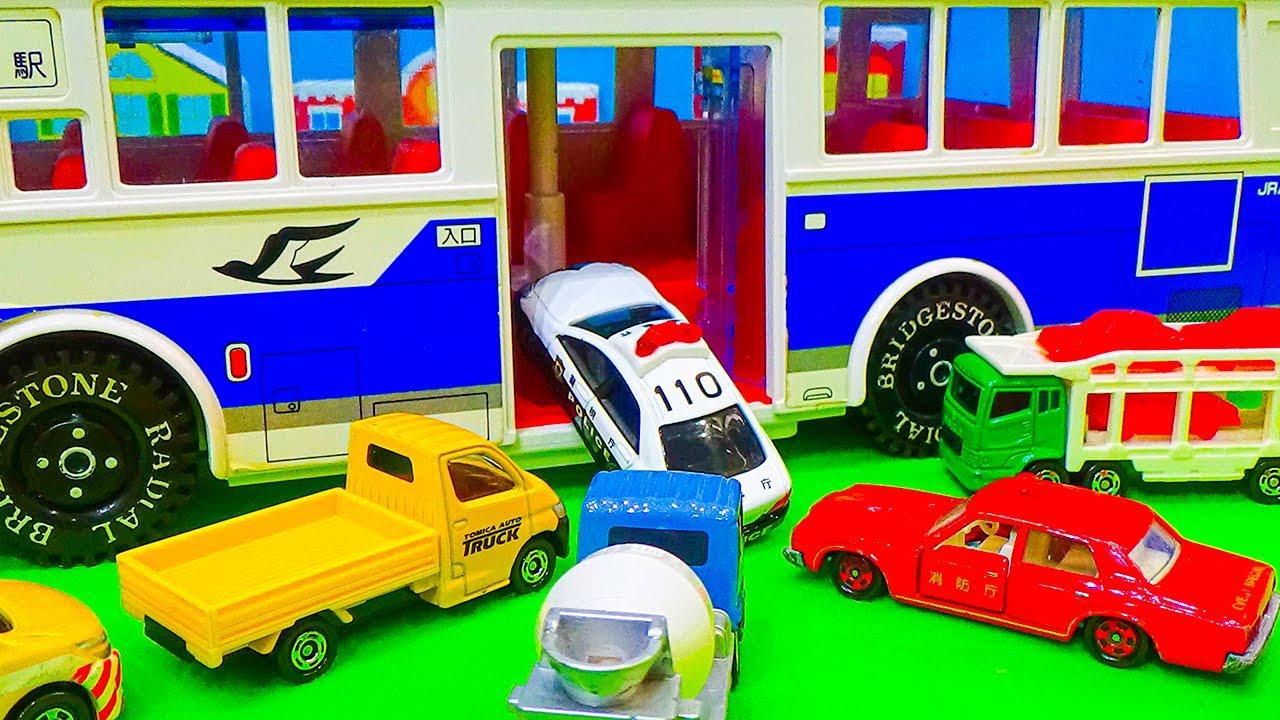 トミカ 路線バスでお出かけ いろんな色の働く車がバスに乗り込んでいくよ★のりもの ミニカー TOMICA TOY KIDS CARS