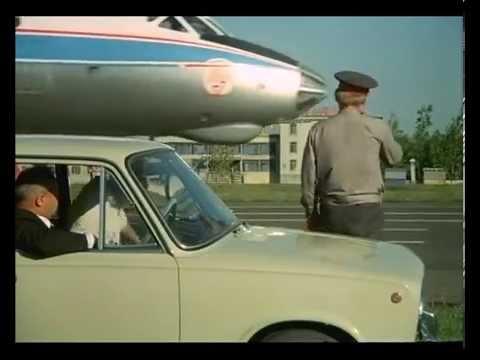 Посадка самолета на шоссе в фильме Невероятные приключения итальянцев в России