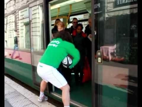 Rugbista impazzito placca i passanti correndo per il centro di Roma prima di Italia Irlanda rugby