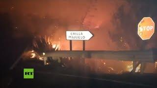 Carretera rodeada por el incendio forestal en Gran Canaria
