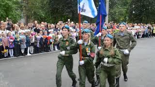 По традиции на линейке 1 сентября в школе №1 вынесли флаг Бердска