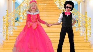 Alice and her friend Johny are Late to the princesses party - fun Dress Up