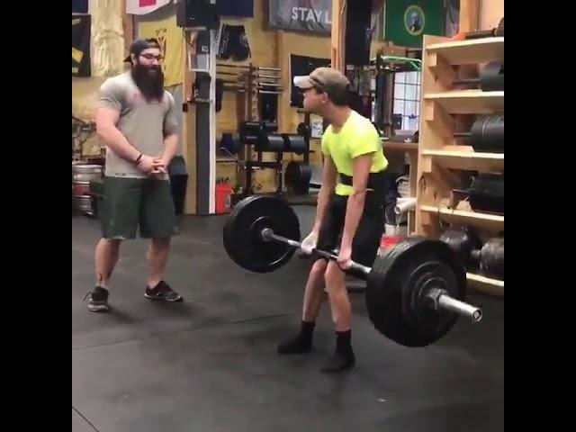 Дечко со церебрална парализа крева тегови тешки 90 килограми
