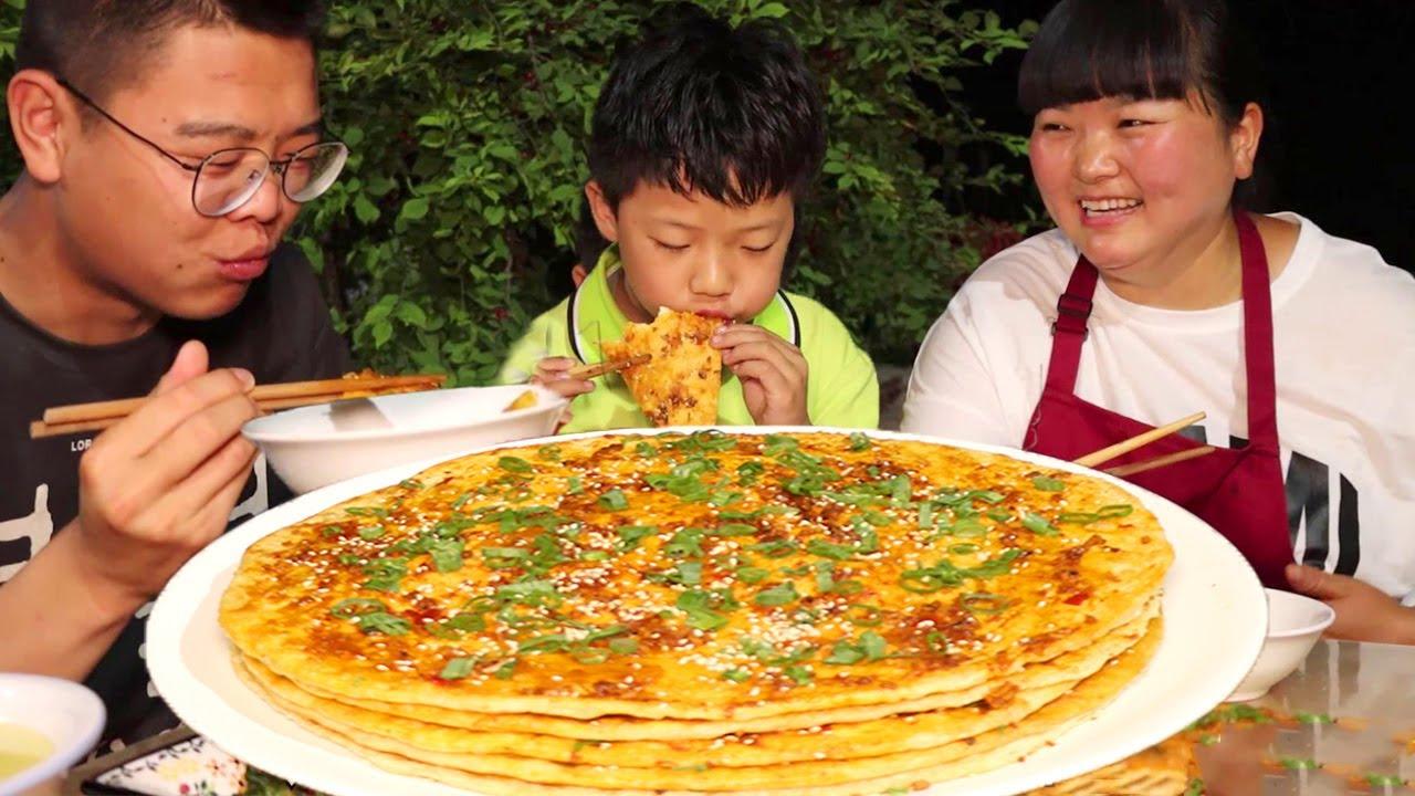 """【陕北霞姐】陕北家常""""酱香饼"""",面饼刷酱,烙的金黄入味,配点小米汤,晚餐这么吃太美了!"""
