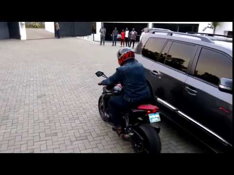 John Mahama à moto dans la ville d'Accra