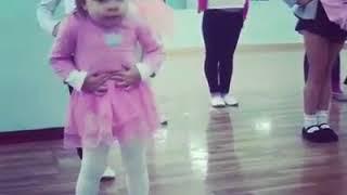 ''То самое чувство когда ты круче всех'': малютка отожгла на уроке танцев!
