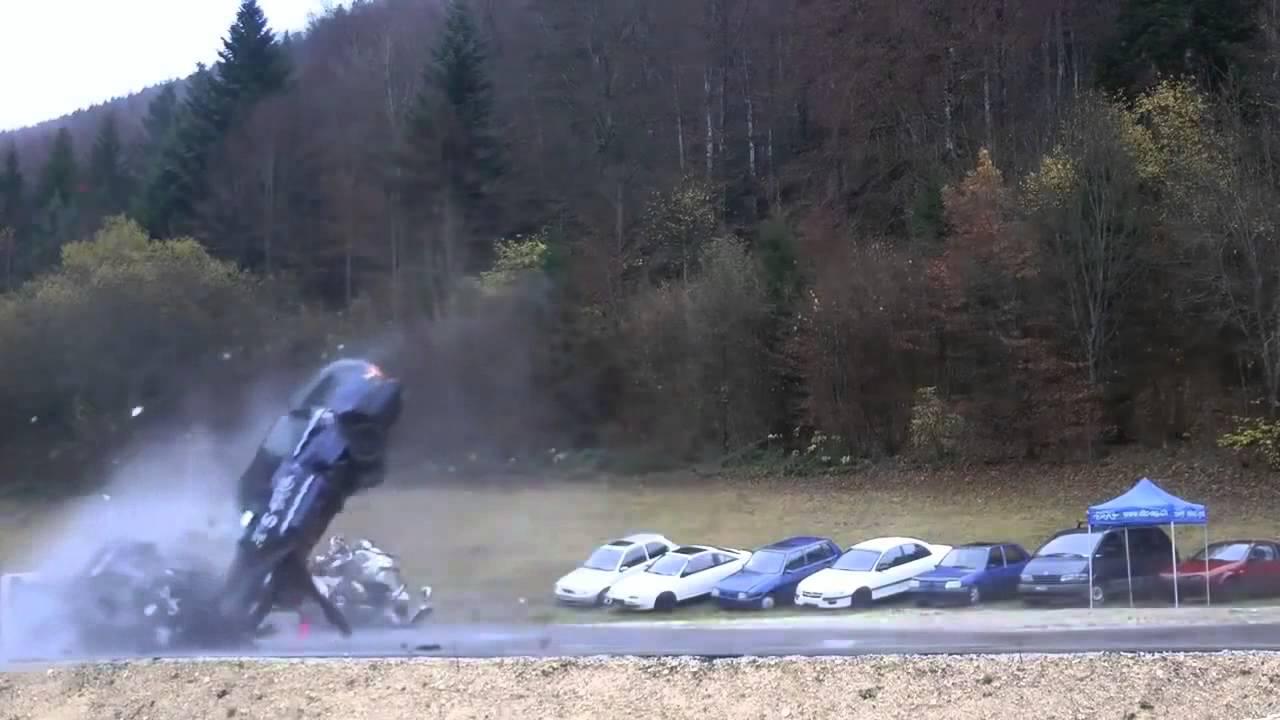 Incredible Car Crash Simulation At 200 Km/h