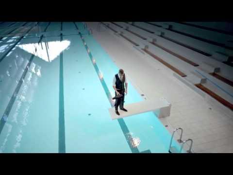 L'artiste Maurizio Cattelan se baigne au Kremlin Bicêtre