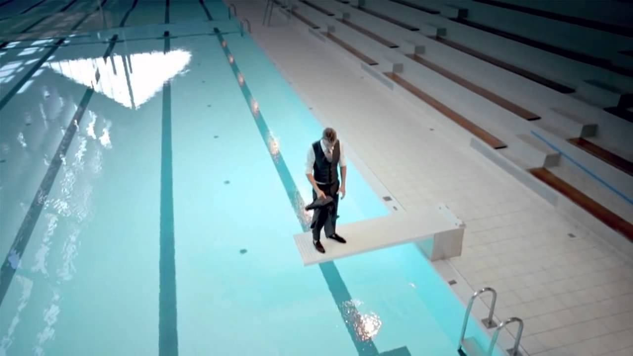 l 39 artiste maurizio cattelan se baigne au kremlin bic tre