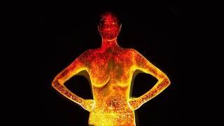 Потрясающее световое шоу на теле девушки, при помощи проекции