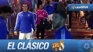 Jugadores de FC Barcelona y Real Madrid saludándose en el t...