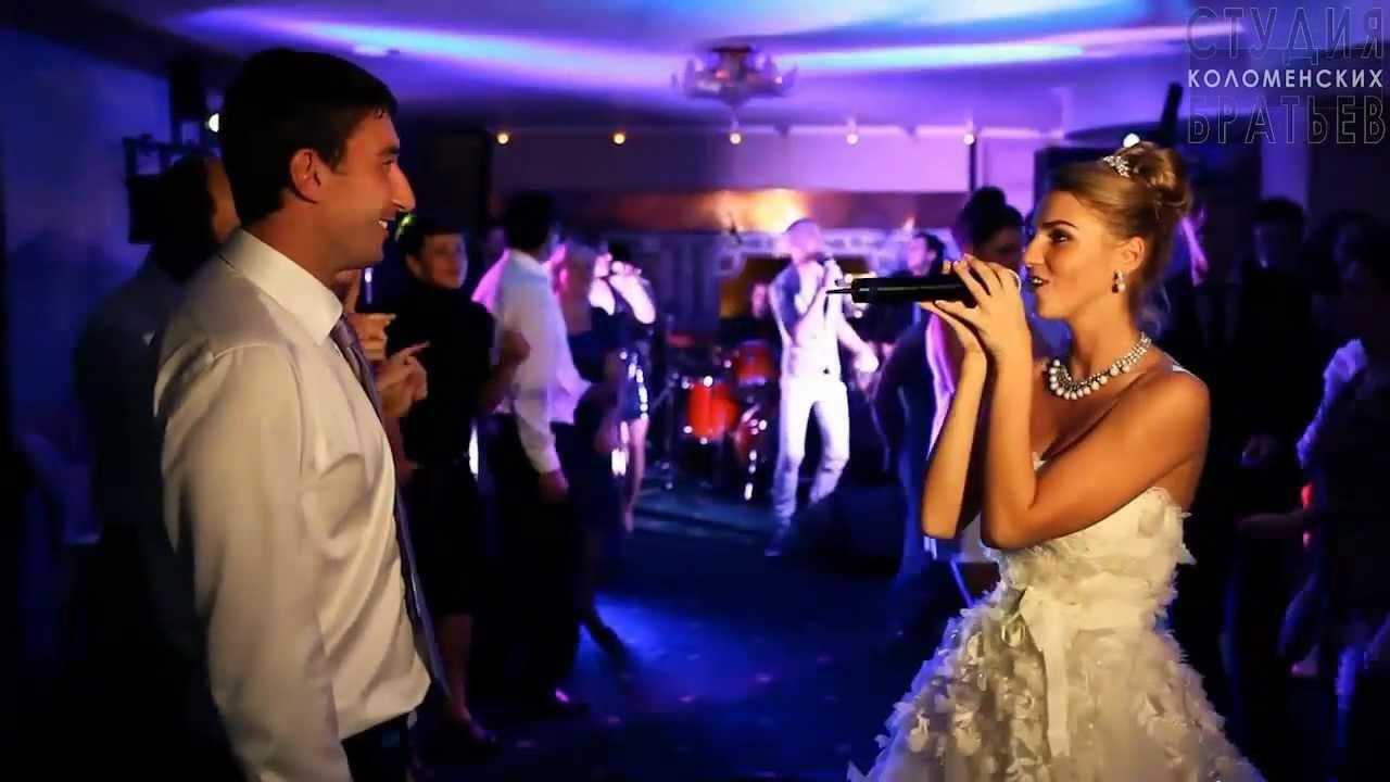 Девушка поет мужу на свадьбе