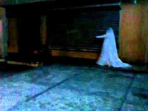 Sonar con mujer vestida de blanco fantasma