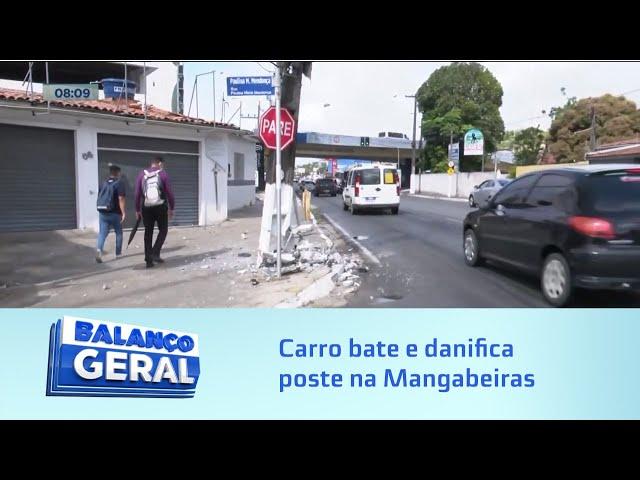 Acidente na madrugada: Carro bate e danifica poste na Mangabeiras