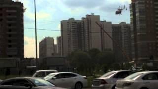 вертолет МЧС приземляется в Москве на ул. Столетова 08062013(Вертолет спасателей МЧС приземляется в жилом массиве Москвы. Предположительно для спасения людей после ДТП., 2013-06-08T19:06:51.000Z)