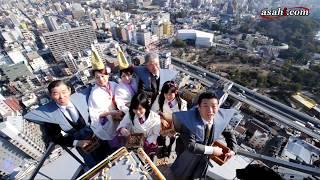 節分を前に、大阪市浪速区の通天閣で2月1日、「福豆まき」があった。...
