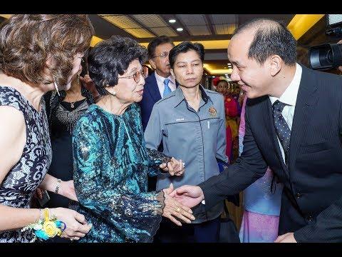 EDUPC.my Tun Dr. Siti Hasmah signing on MimioFrame