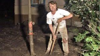Решительный домостроитель. Пробурил скважины под фундамент.