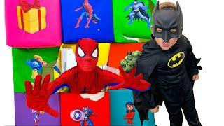 나스티아는 컬러 슈퍼 영웅의 경쟁에 참여하고 있습니다 Super Hero Cube BOX