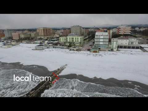 La spiaggia di Misano Adriatico coperta dalla neve: video dal drone