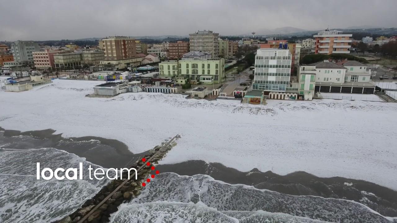 Matrimonio Spiaggia Misano Adriatico : La spiaggia di misano adriatico coperta dalla neve video