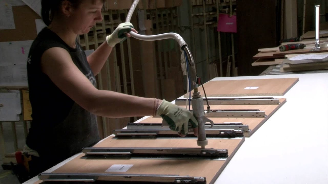 l 39 emploi dans la fabrication d 39 armoires de cuisine youtube. Black Bedroom Furniture Sets. Home Design Ideas