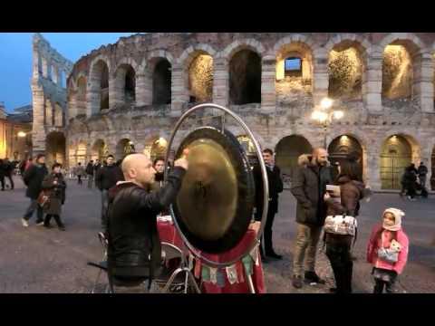 Bagno di gong breve davanti arena di verona youtube - Bagno di gong effetti negativi ...