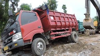 all overloaded dump truck stuck recovery by volvo ec210b excavator