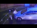 Una pareja tiene relaciones en plena luz del día en un estacionamiento